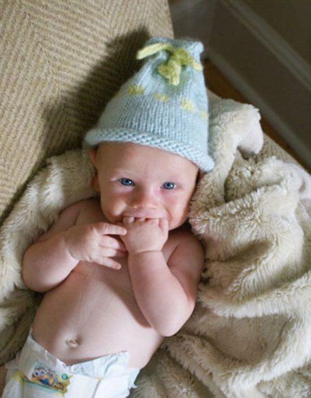 Шапочка с жаккардом на младенце