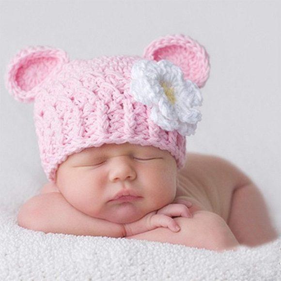 Шапочка с ушками и ромашкой на младенце