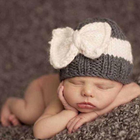 Шапочка с бантиком на младенце
