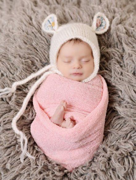 Шапочка-капор на младенце