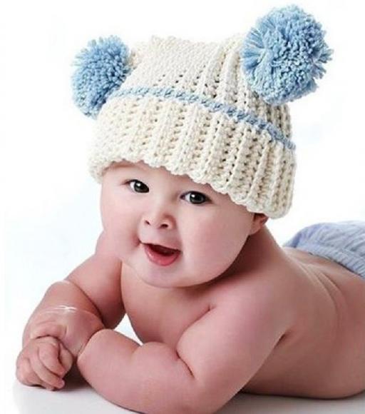 Шапочка с помпонами на младенце
