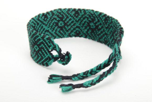 Браслет из ниток зеленый с черным