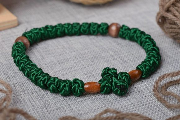 Браслет из зеленых ниток и бусин