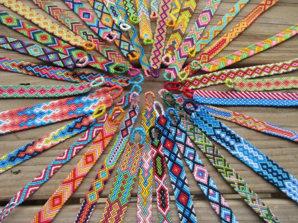 Яркие браслеты из ниток