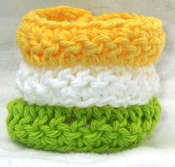 Разноцветный браслет из ниток
