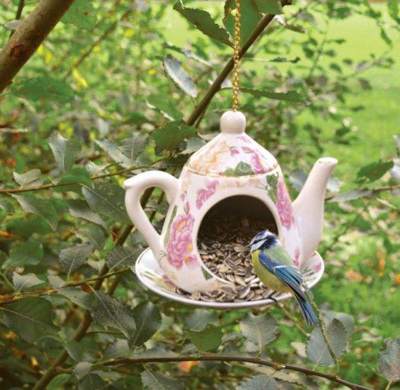 Кормушка для птиц из старого чайника