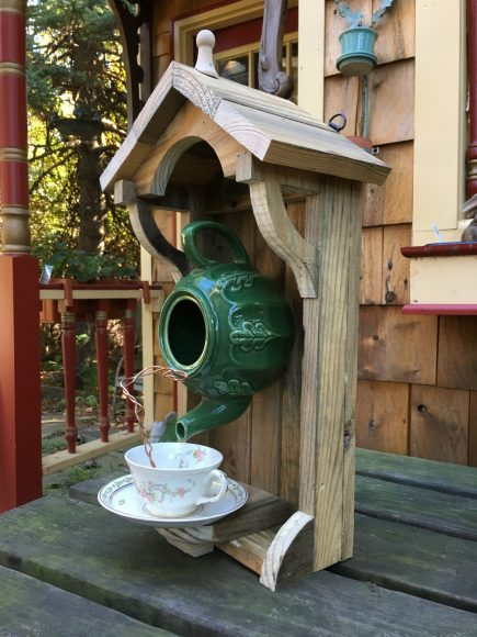 Кормушка и домик для птиц из старого чайника