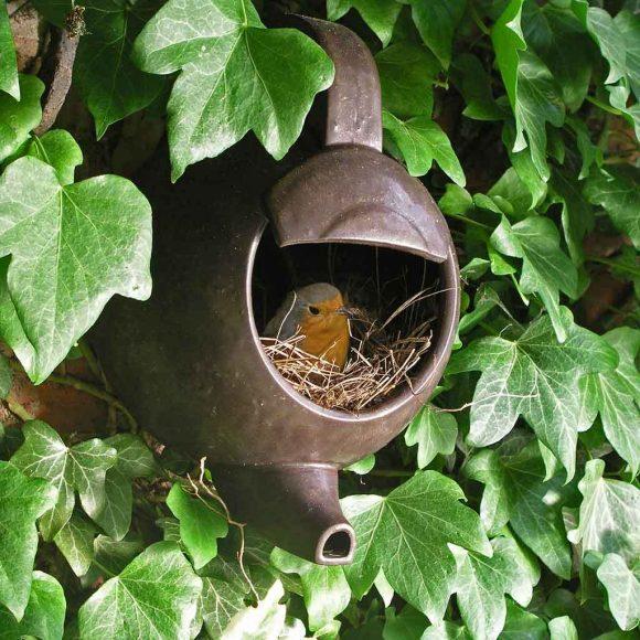 Гнездо для птиц из старого чайника