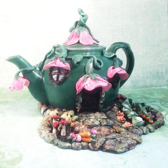 Декор из старого чайника для дачи