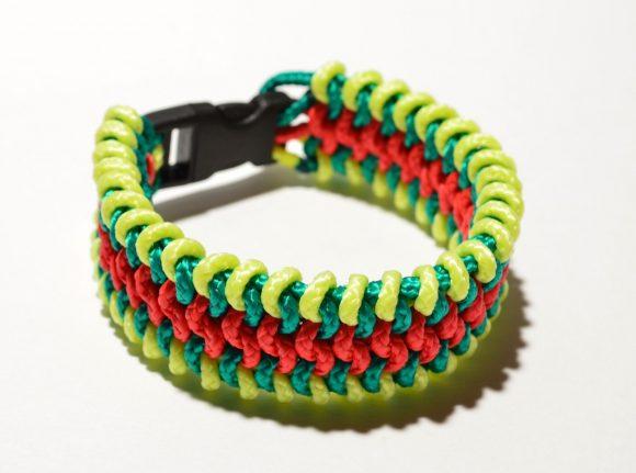 Плетёный браслет из цветных нитей