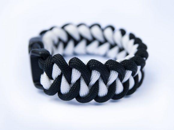 Двухцветный плетёный браслет