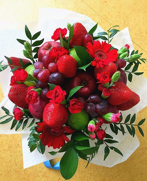Букет на последний звонок из цветов, фруктов и ягод