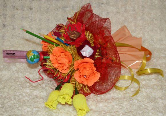 Букет из бумажных цветов и школьной атрибутики на последний звонок для учителя