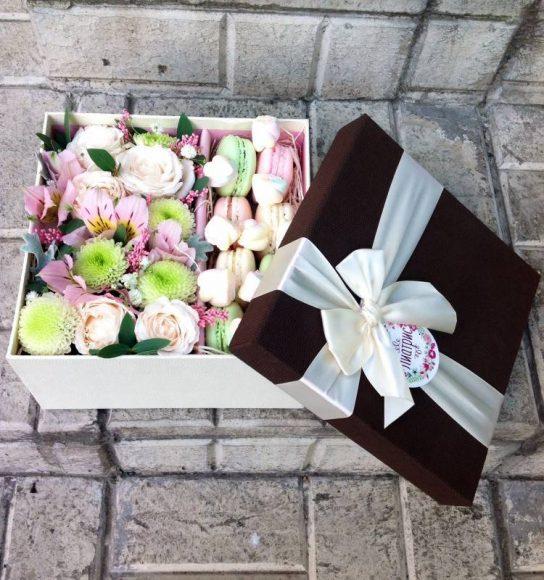 Набор с цветами и пирожными