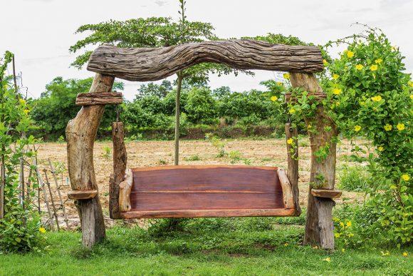 Массивные качели из дерева