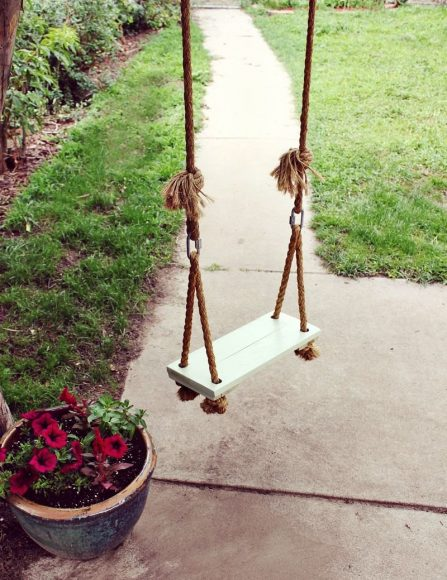 Качели из доски и веревки
