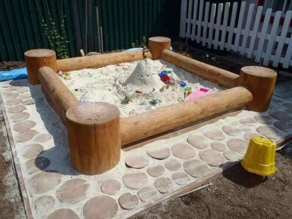 Песочница из брёвен