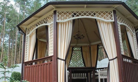 Круглая садовая беседка с плотными шторами