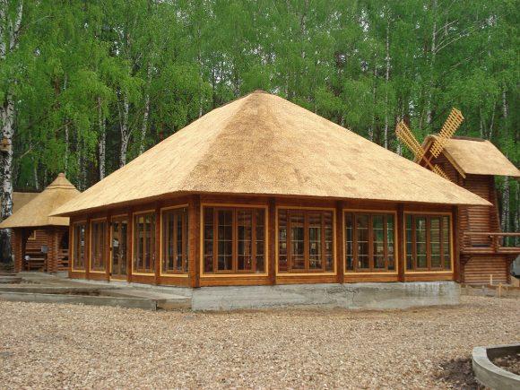 Большая деревянная беседка под камышовой крышей