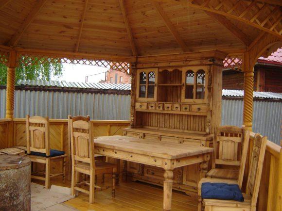 Сосновая мебель в деревянной беседке