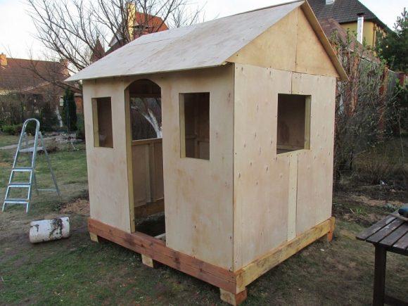 Простой деревянный домик для ребёнка