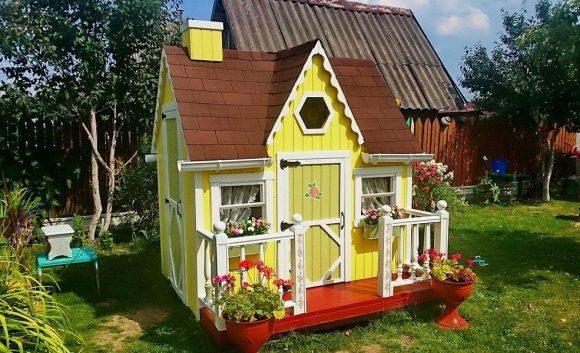 Настоящий детский домик из дерева