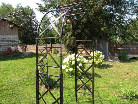 Кованые перголы за заднем дворе садового участка