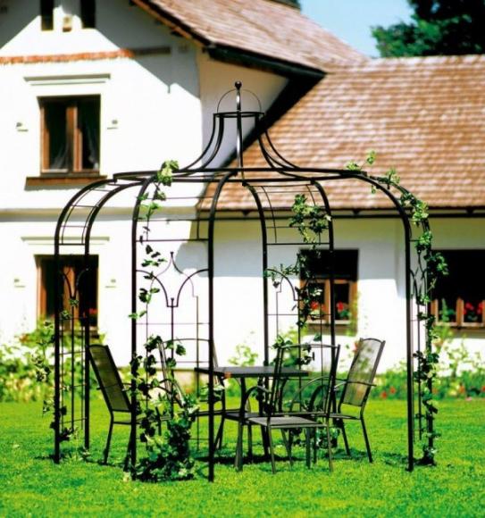 Металлическая пергола на лужайке перед домом