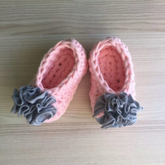 Розовые детские тапочки из трикотажной пряжи