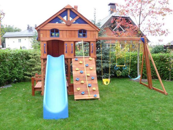 Детская площадка в окружении живой изгороди