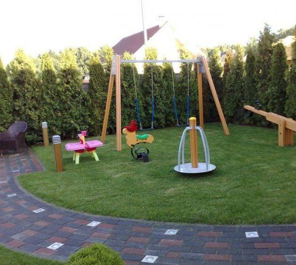 Детская площадка с высокой живой изгородью