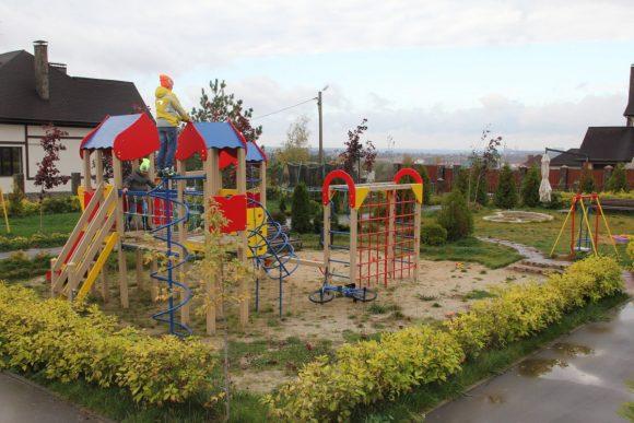 Живой бордюр вокруг детской площадки на даче