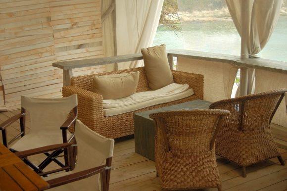 Комплект мебели из лозы в садовой беседке