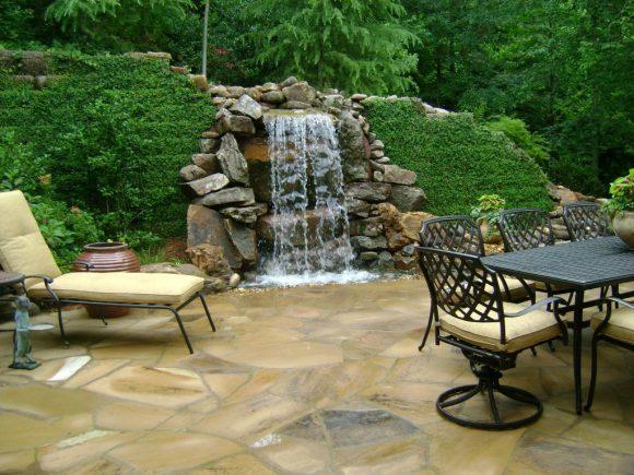 Зона отдыха с водопадом и живой изгородью