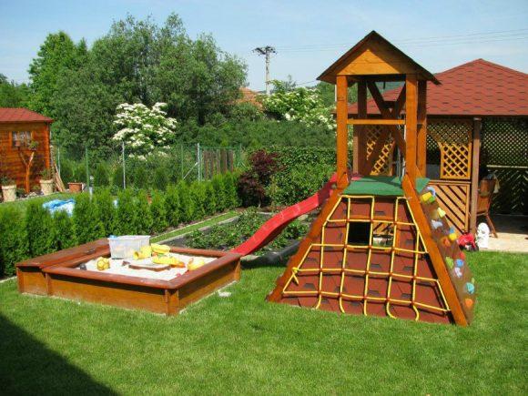 Детская площадка с живой изгородью