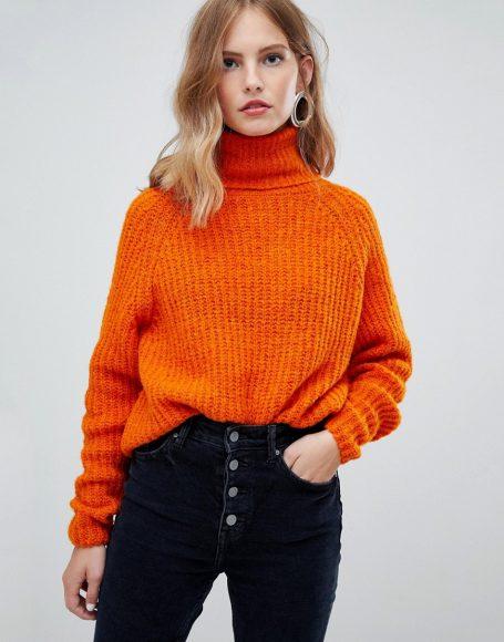 Стильный свитер с высоким воротником