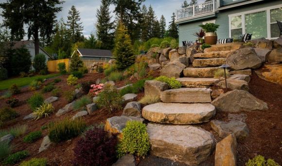 Альпинарий на естественном склоне садового участка