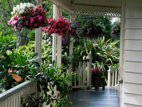 Оформление подвесными цветниками террасы дома