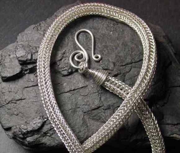 Объёмный плетёный браслет из проволоки