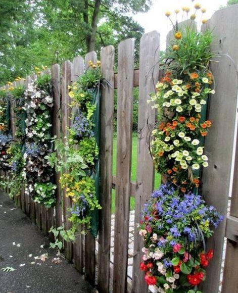 Деревянный забор, украшенный цветами