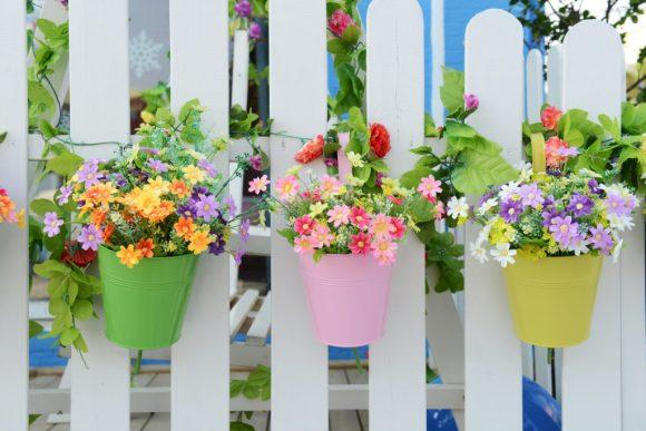 Маленькие, но эффектные цветочные композиции на дачном заборе
