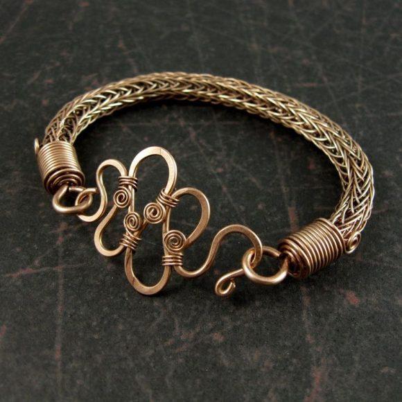 Необычный браслет из проволоки ручной работы