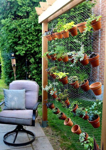 Маленький садик на самодельной конструкции