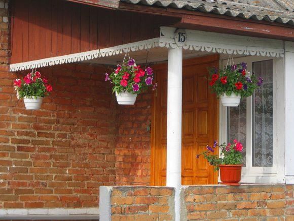 Цветы на крыльце дачного дома