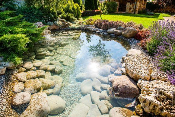 Искусственный ручей на садовом участке