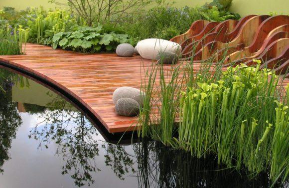 Садовый пруд с деревянным настилом