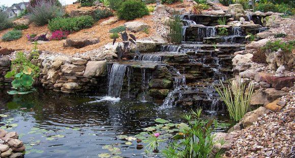 Эффектный каскадный водопад с прудом и альпийской горкой