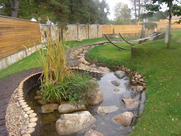 Декоративный ручей на садовом участке