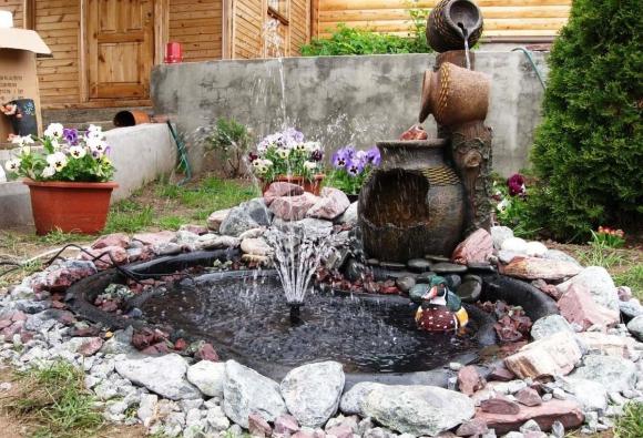 Маленький пруд, декорированный фонтаном