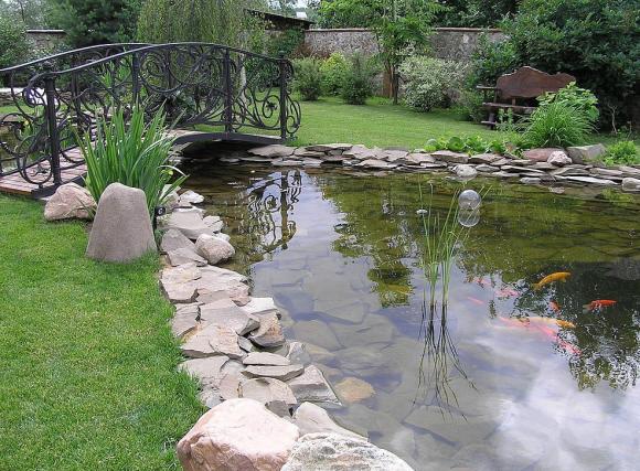 Большой пруд-ручей с мостиком